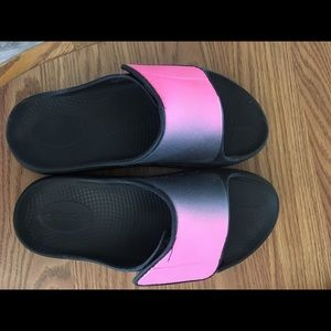 Ooofas slip on sandals with Velcro adjustment for the perfect fit.  Size 10.